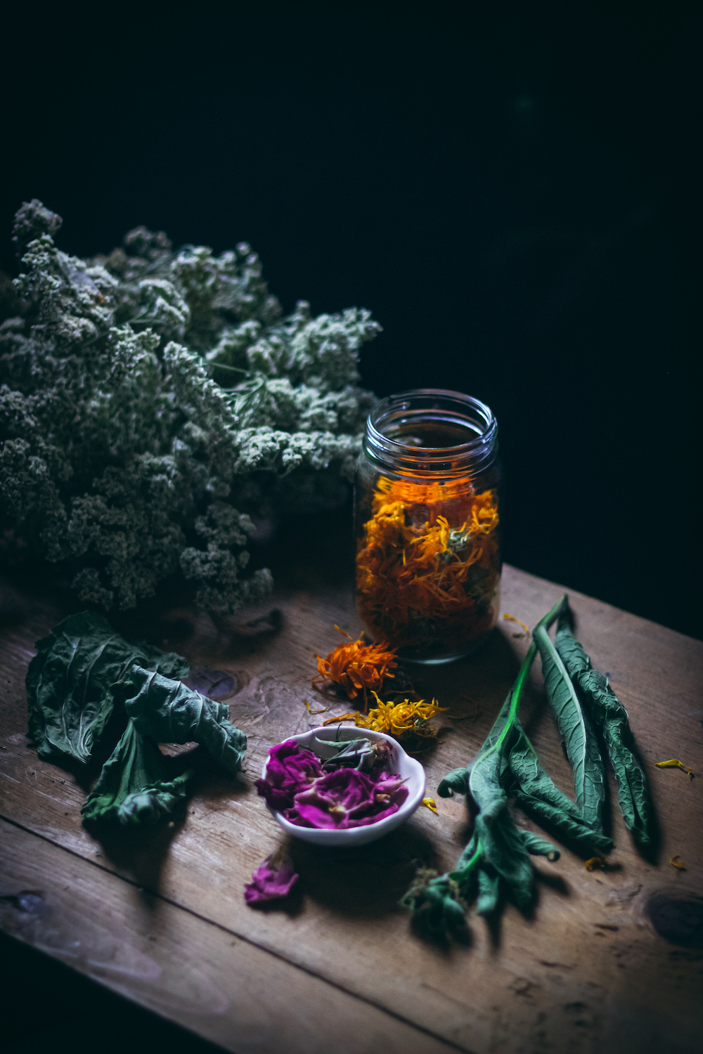 healing herbal oil herbs calendula comfrey yarrow